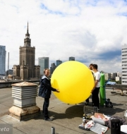 z20099023Q,Warszawa--Napelnianie-balonu-helem-przed-dzisiejsz