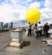 z20099030Q,Warszawa--Napelnianie-balonu-helem-przed-dzisiejsz