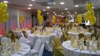 dekoracja stołów złotymi balonami
